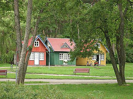 Maisons en bois aux couleurs vives