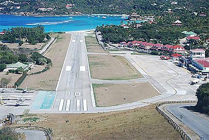 Le petit aéroport de St Barth et son approche spectaculaire!