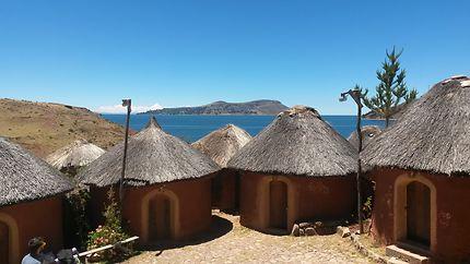 Petites huttes au lac Titicaca