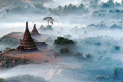 Temples dans la brume
