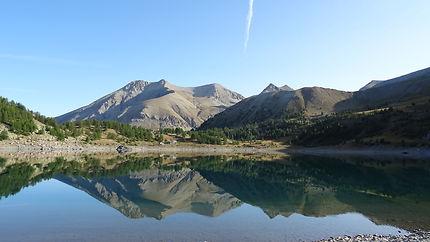 Reflets montagneux sur le Lac d'Allos