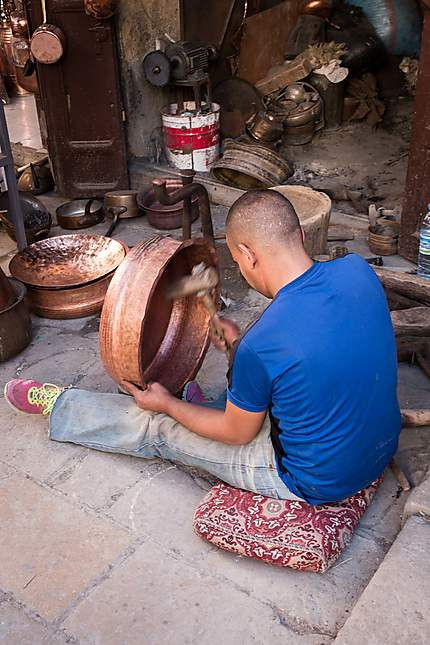 Artisan martèlant le cuivre