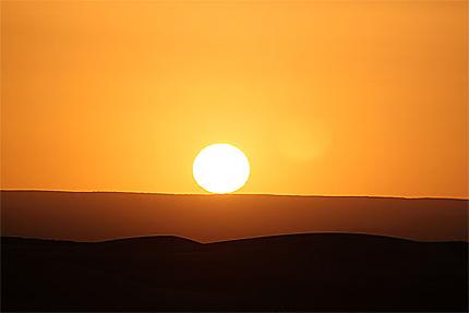 Soleil levant dans le désert