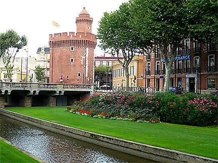 Le Castillet et le canal de Perpignan