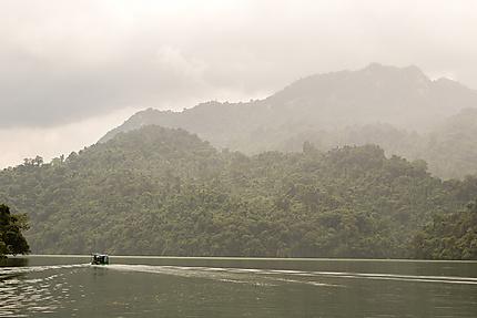 Barque sur le lac de Ba Be