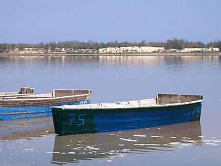 Embarcations sur le Lac rose
