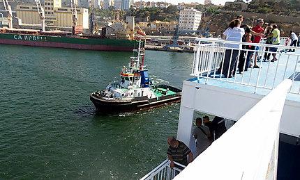 Le remorqueur zabana dans le port d'Oran