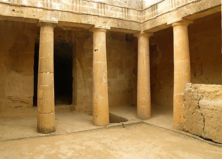 Dionysos, Thésée et les autres