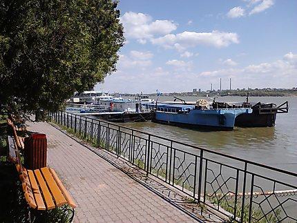 Bateaux restaurant à quai sur le Danube à Giurgiu
