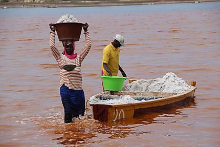 Ramasseurs de sel au Lac Rose