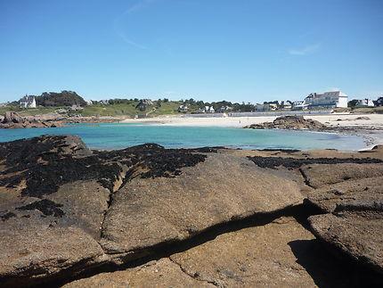 La plage de la grève blanche vue des îlots rocheux