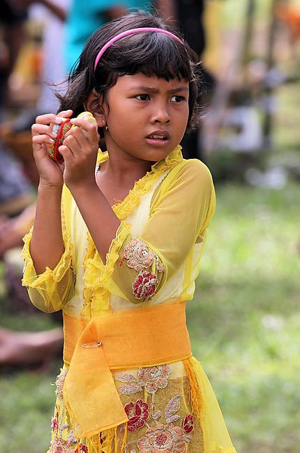 Jeune balinaise lors d'une cérémonie à Bali