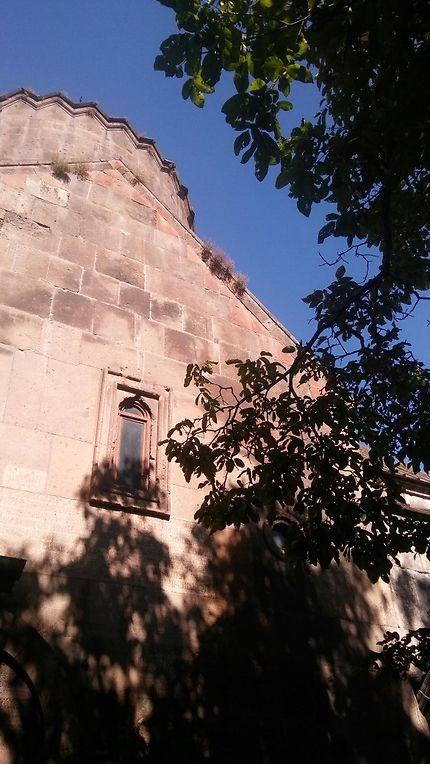 Eglise construite en 1031 à Bjni