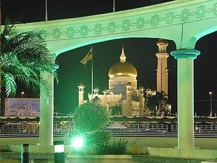 Mosquée Omar Ali Saifuddin de Nuit