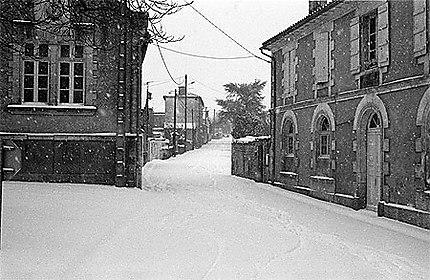 L'école et la mairie de Nanclars sous la neige