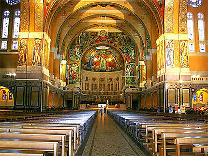 Intérieur de la Basilique Ste Thérèse de Lisieux
