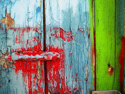 Vieille porte colorée dans Malia
