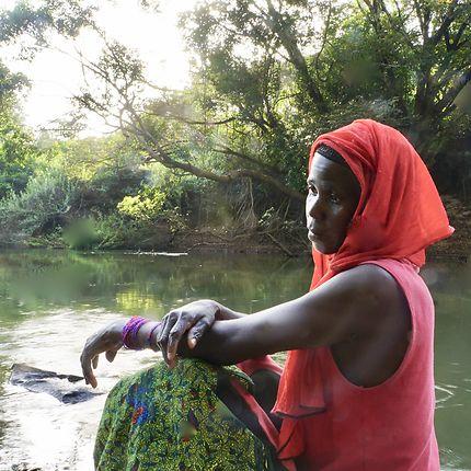 Femme au bord de l'eau à Fouta Djallon, Guinée
