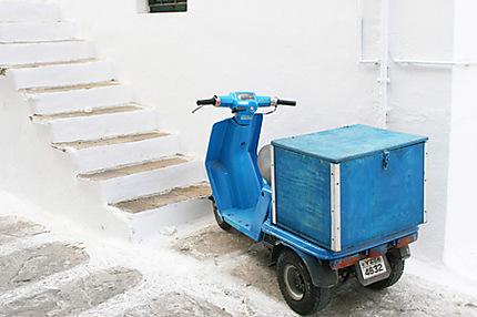 Scooter bleu à Mykonos