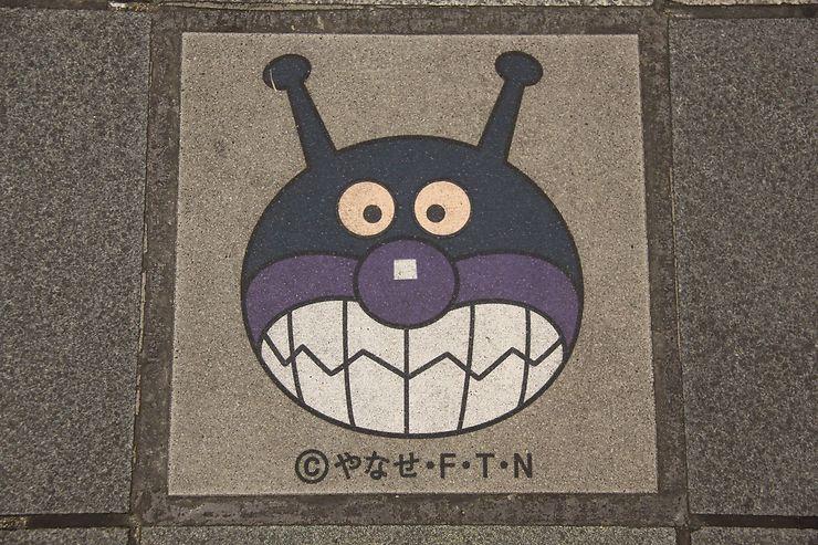 Plaque d'égout originale à Fukuoka, Japon