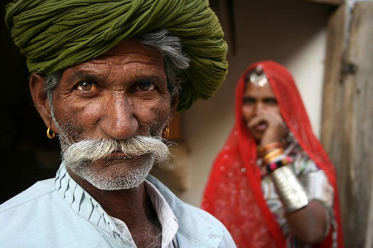 Un homme et son épouse dans les rues de Jaisalmer, Rajasthan