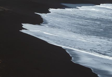 Vague sur sable noir