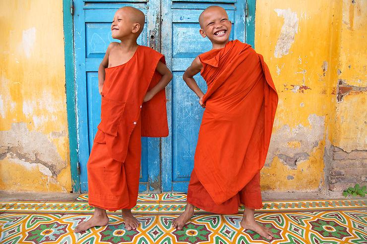Jeunes moines au monastère de Wat Kandal, Battambang, Cambodge