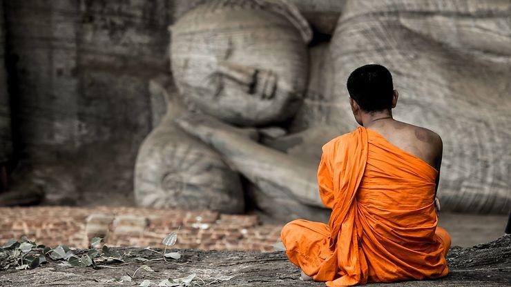 Méditation devant le sanctuaire du roc, Sri lanka