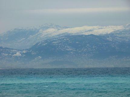 Montagnes enneigées et eaux turquoises
