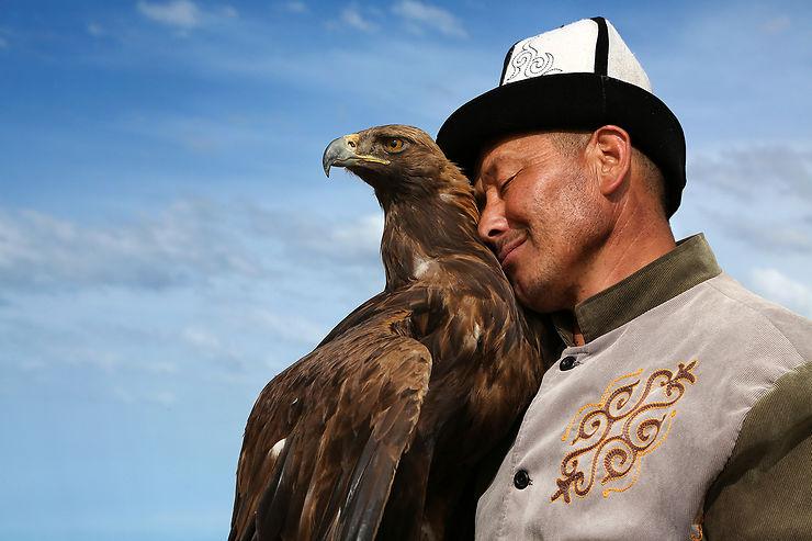 Talgar pose avec son aigle Tumara à Bokonbayevo, Kirghizistan