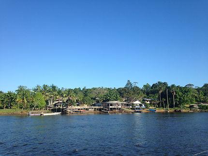 Village le long du fleuve Oyapock, Guyane