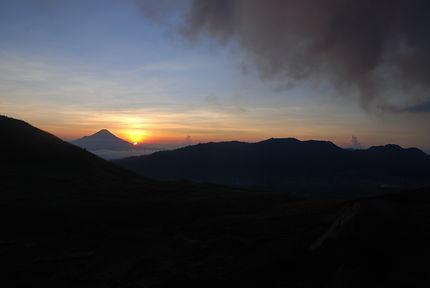 Lever de soleil sur le volcan Lokon