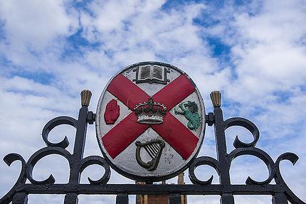 "Le logo du ""Queens University Belfast"""