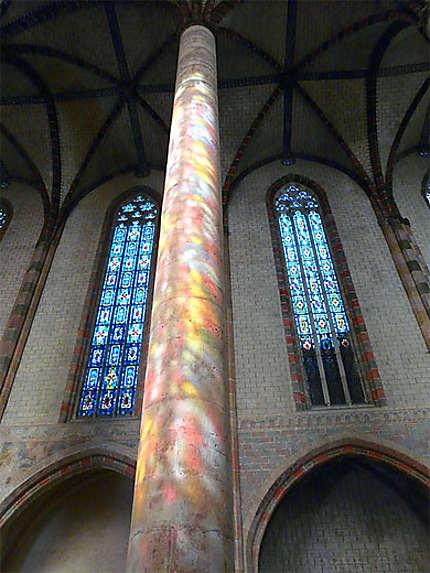 Colonne et vitraux colorés