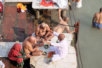 Prêtre sur le Ghat Har-Ki-Pauri à Haridwar