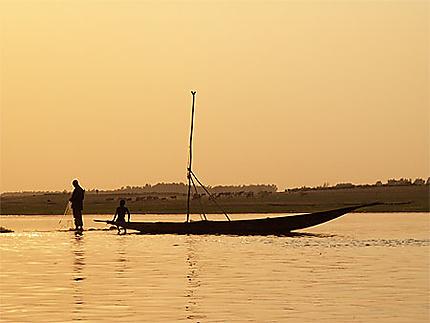 Pêcheurs dans le coucher de soleil