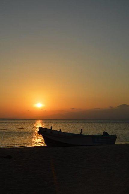Coucher de soleil sur la plage des sables blancs