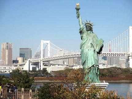 Statue de la liberté et le Rainbow bridge, Tokyo