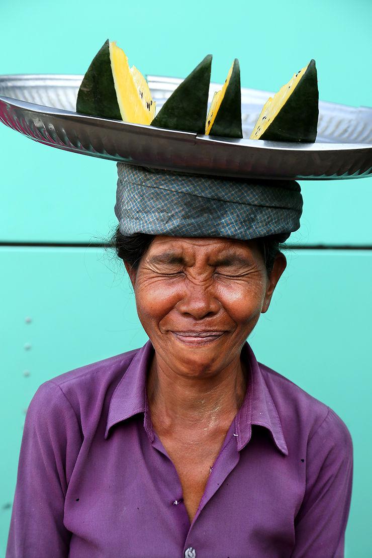 Vendeuse au terminal des bus d'Aung Mingalar, Rangoon, Myanmar
