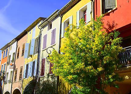 Nature et maisons colorées