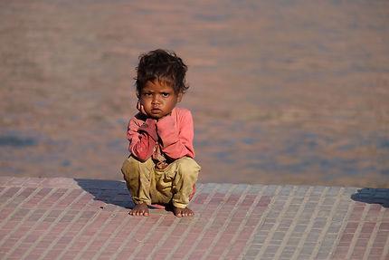 Jeune garçon sur les Ghats d'Haridwar