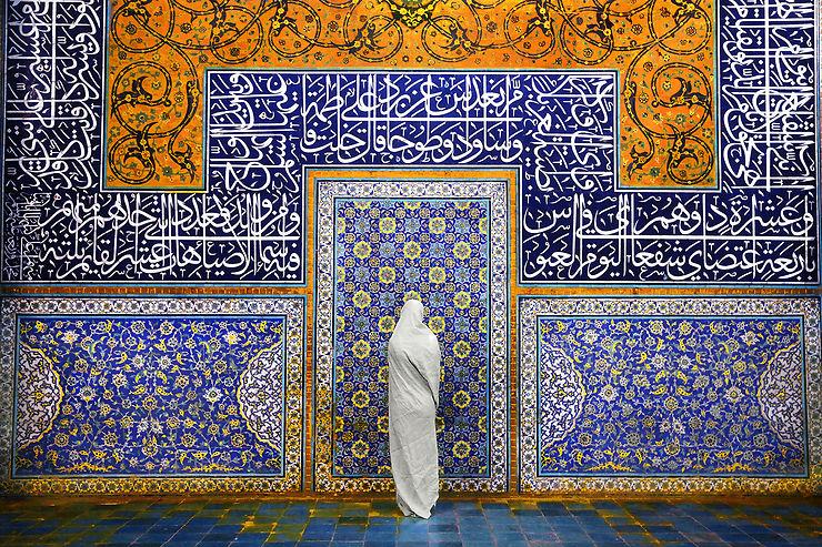 Recueillement dans la mosquée Sheikh Lotfollah à Ispahan, Iran