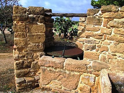 Très vieux puits, site archéologique