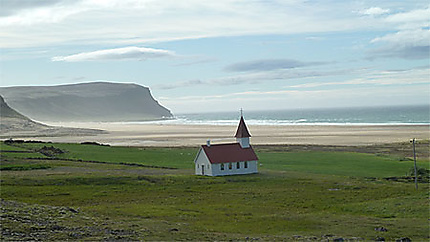 Breidavik, la plage et son église