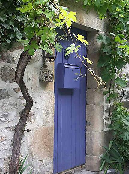 Porte dans le village de Naves