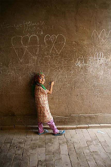 Fillette au grafiti