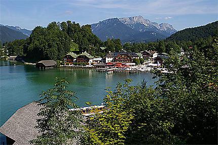 Le lac le port et la place