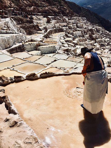 Trabajando la sal, salines de Maras, Cuzco
