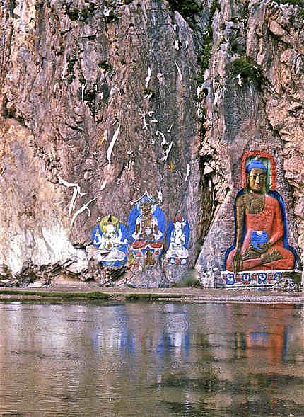 Sculptures de bouddhas dans la roche