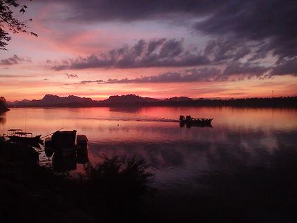 Incroyable coucher de soleil sur la route de Hpaan